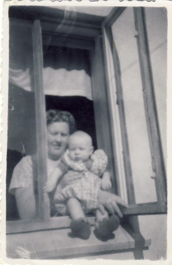 Mamma og Sigga Dísa í eldhúsglugganum